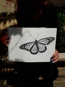 Natalie hold her butterfly picture on a Hahnemühle FineArt Sketch Pad